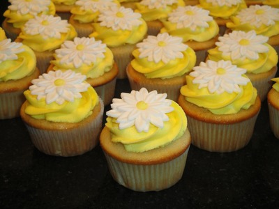 Cupcakes with Daisy Flower toppers